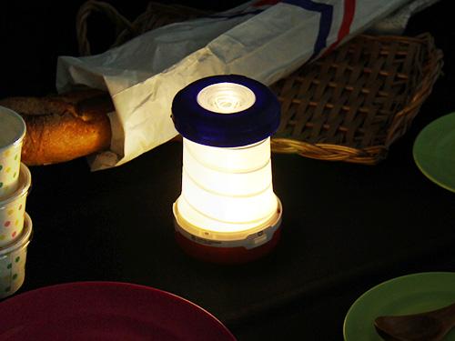 ポップアップ 2WAY LEDランタンの使用の一例