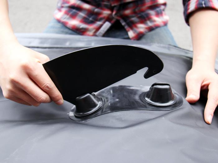 インフレータブルカヤックフィンの装着方法画像