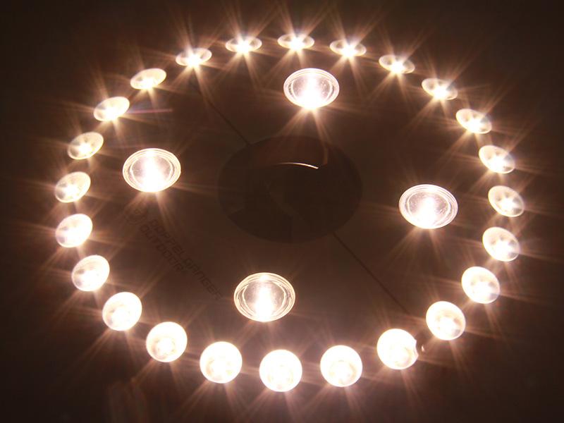 UFOライトのメインの特徴(暖色LEDライトを採用)
