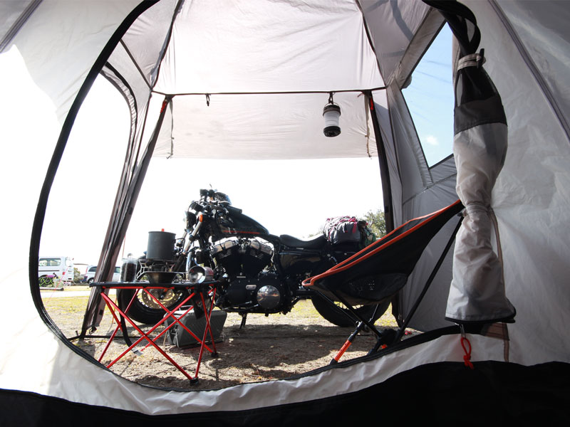 ライダーズバイクインテントのメインの特徴(バイクと一緒に眠れる!)