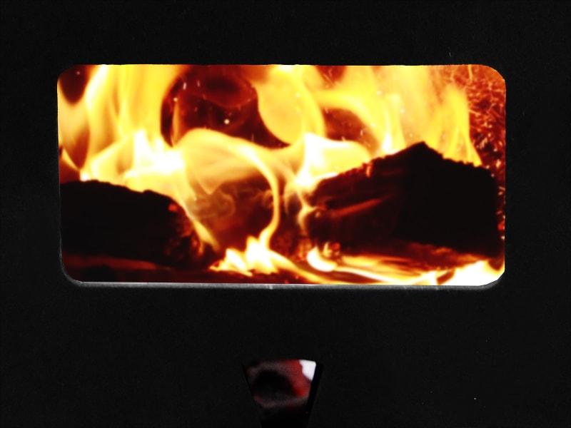 はじめてのまきちゃんのメインの特徴(炎を眺められる耐熱ガラス搭載)