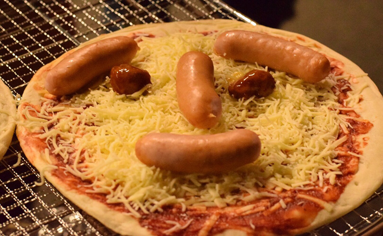 ダンボールでピザが焼ける?!キャンプ工作にダンボールオーブンはいかが?