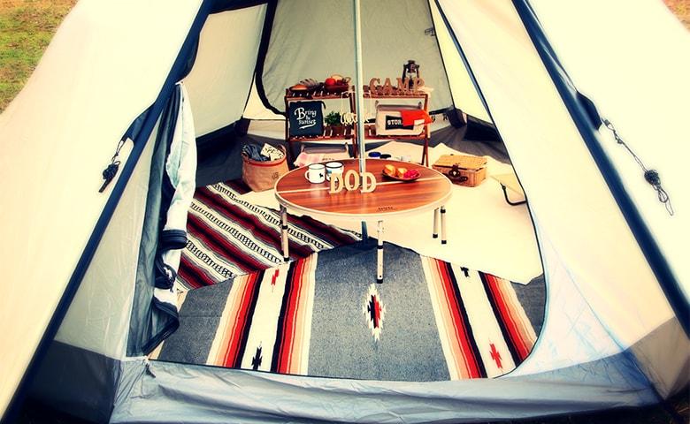 おしゃれキャンパーになろう。ワンポールテントにぴったりなキャンプ用ラグの選び方。