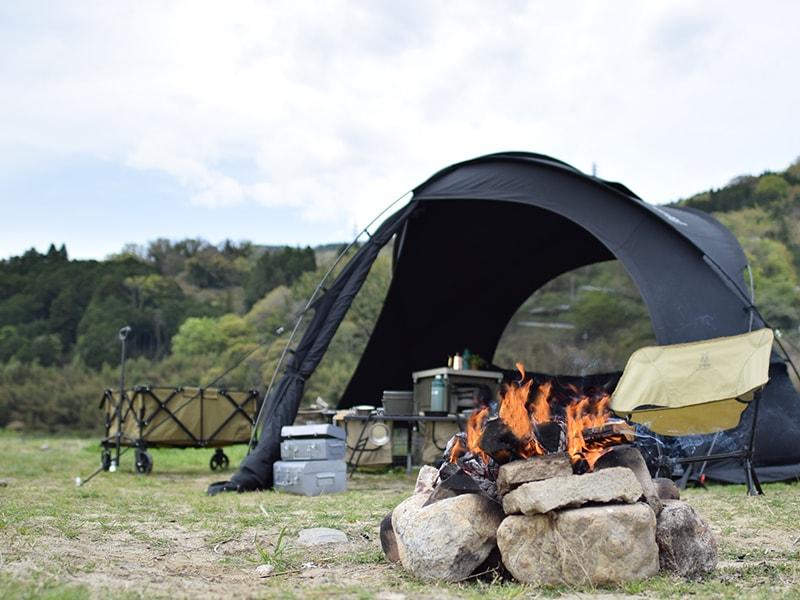 ファイヤーベースのメインの特徴(テントの近くで焚き火を楽しめる)