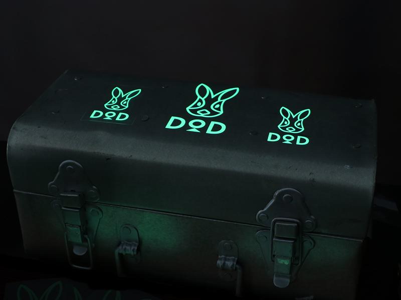 DODロゴ蓄光ステッカーSのメインの特徴(S/Mサイズ貼り付け例)