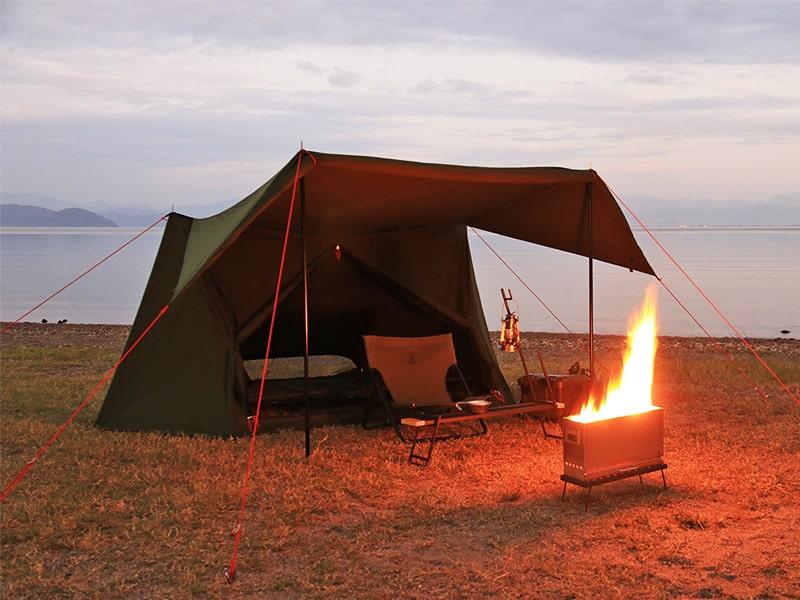 パップフーテント2のメインの特徴(テントの近くで焚き火を楽しめる)