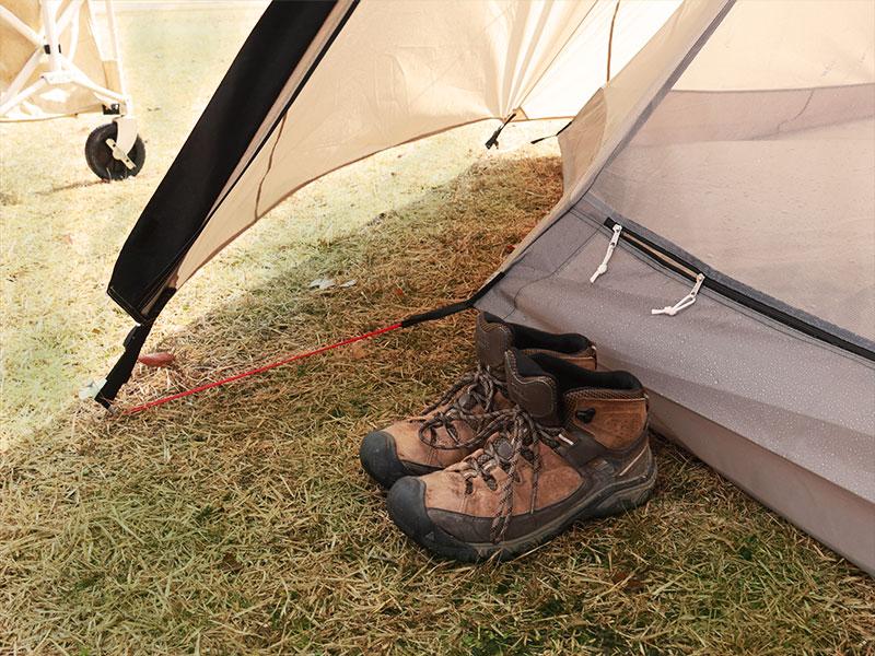 ワンポールテントLの各部の特徴(靴が置ける前室スペース)