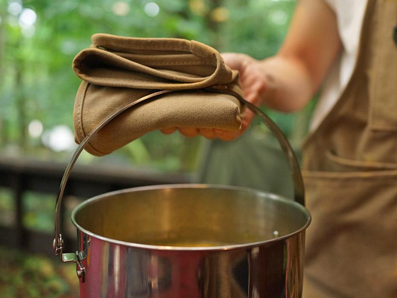 ベベベノヴェストの各部の特徴(1.鍋つかみやお手拭きとしても使える着脱式前掛け)