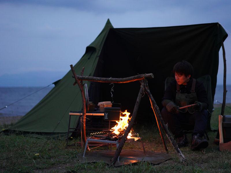 ムシャテントのメインの特徴(テントの近くで焚き火を楽しめる)